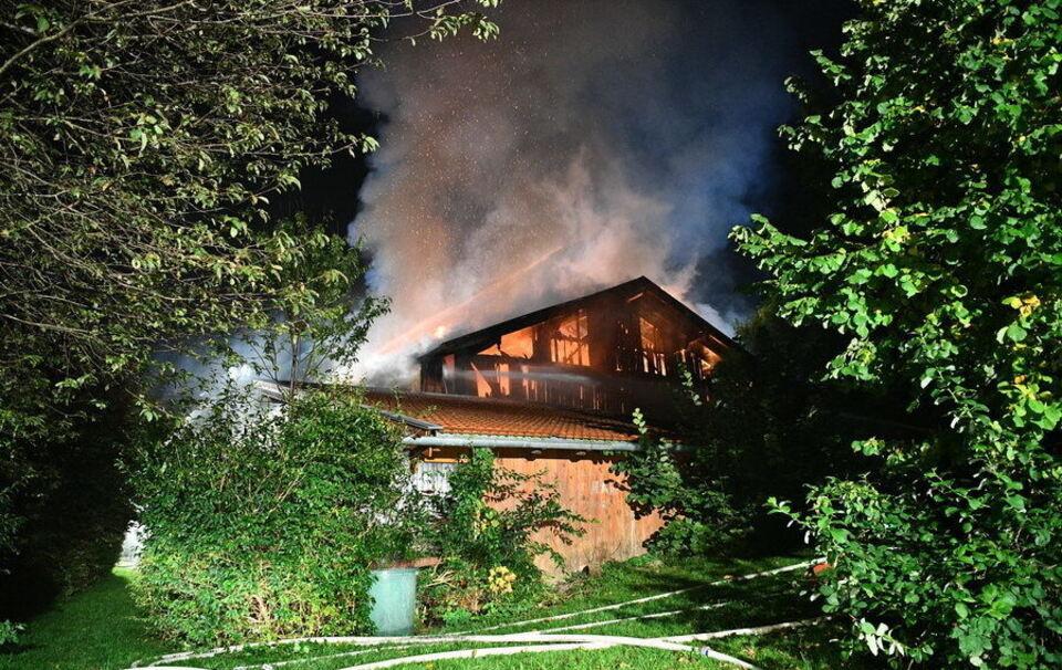 Brand verursacht Riesen-Schaden - Zwei Feuerwehrmänner leicht verletzt